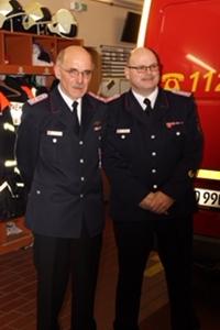 Feuerwehr-Ehrenkreuz in Silber für Martin Peters mit neu gewähltem Wehrführer Marc-Oliver Haßlberger